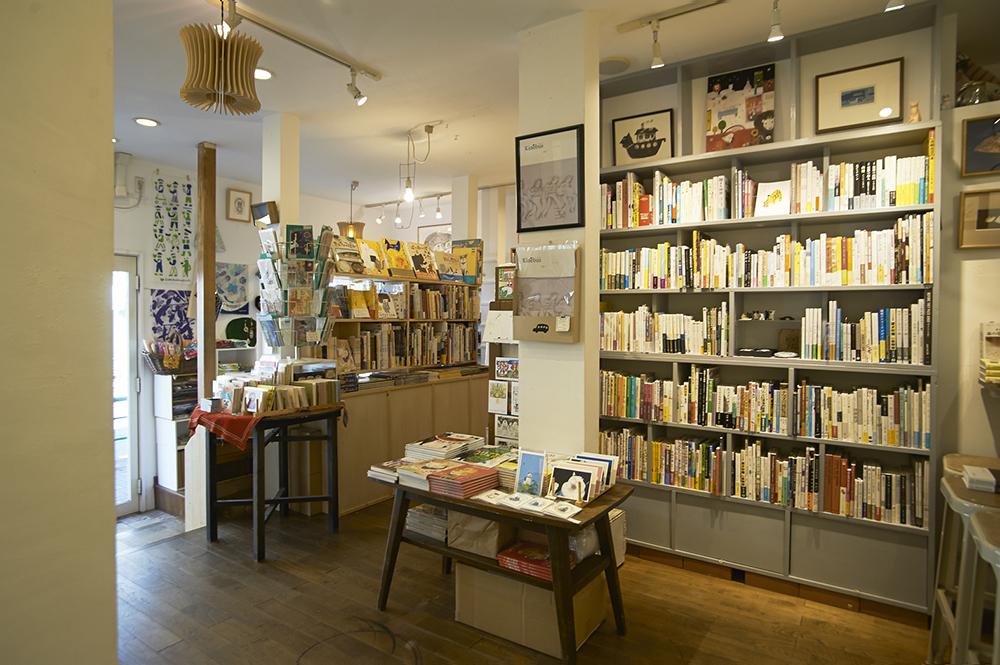 1階では、絵本や書籍、雑貨を販売。ギャラリーでの展示に合わせたコーナーなど、ほかの書店にはない品揃え。