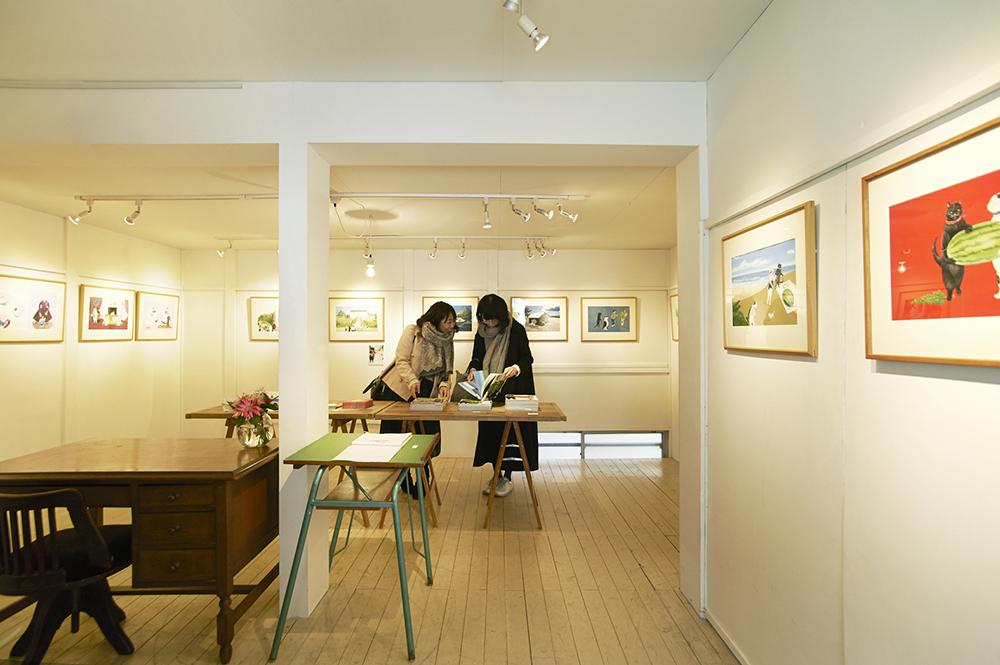 2階のギャラリーでは、イラストレーターや作家の個展を常時開催しています。