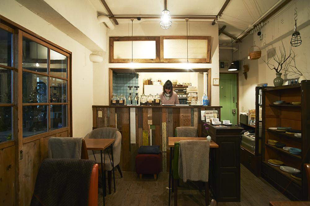 マンションの2室をカフェと花屋に改装。端切れを組み合わせたカウンターは、地下「カラクタ工房」の親方(あだ名)といっしょに作ったお気に入り。