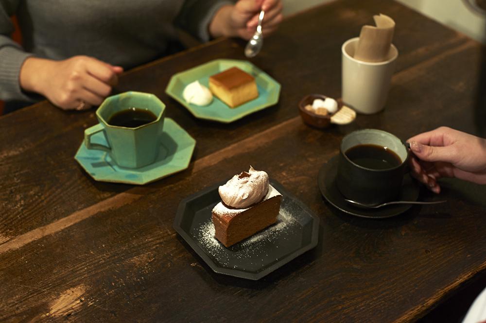 オリジナルブレンドのコーヒーは、深入りのくろもじブレンドと、すっきり系のしろもじブレンド(各490円)のふたつ。コーヒーにぴったりのスイーツは常時4-5種類。