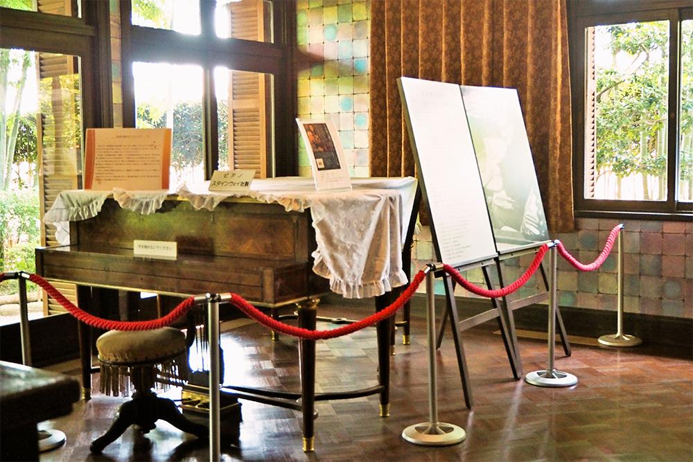 室内には、スタインウェイ社製のピアノ、大田黒の資料や写真、蓄音機などが展示されています。