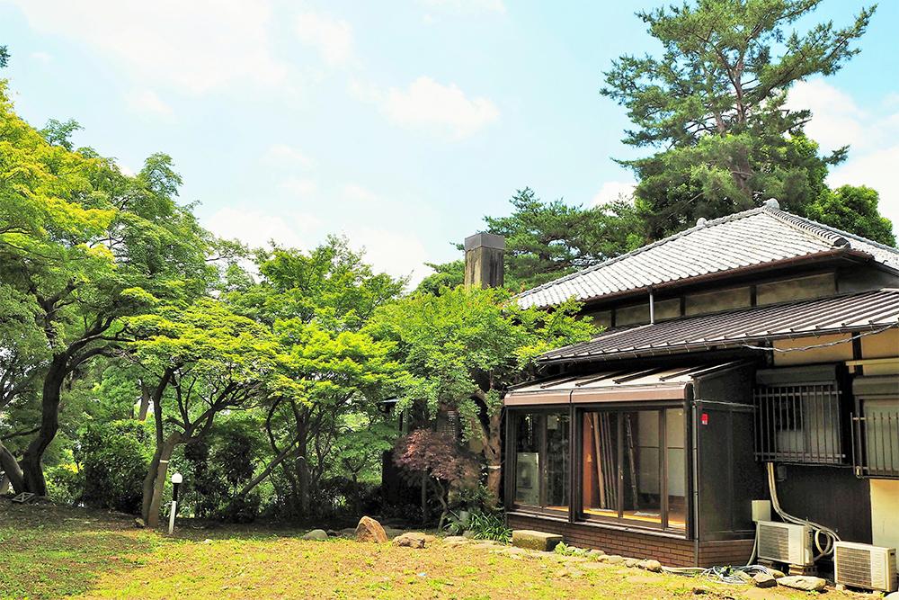 みどりの屋敷林に覆われた敷地の中を進んでいくと、歴史の重みを感じさせる「荻外荘」が現れます。自決した自室は今も当時の姿をとどめています。