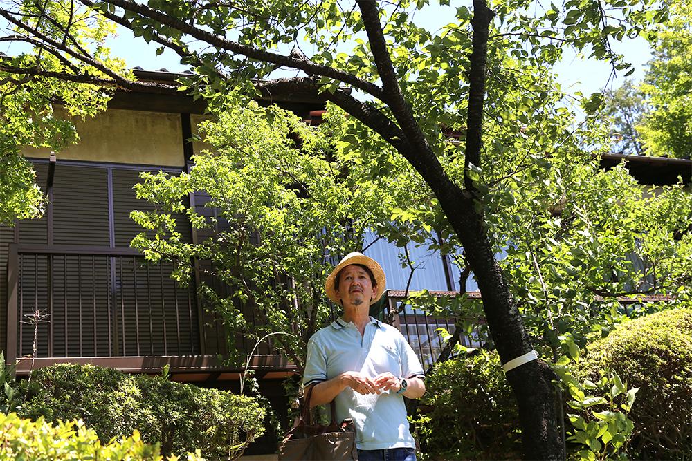 家族から「殿様の間」と呼ばれていた近衛の自室前に立つ泉さん。当時は、ここから富士山もよく見えたそうです。