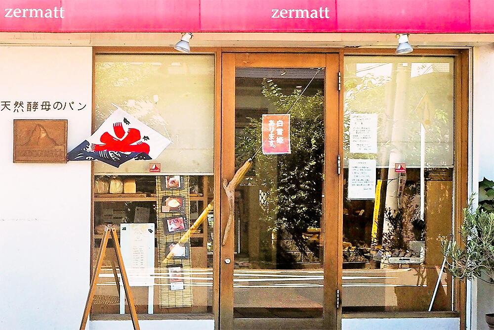 赤いひさしが目印。店名のzermattとはスイスのマッターホルン山麓にある小さな町の名前のこと。