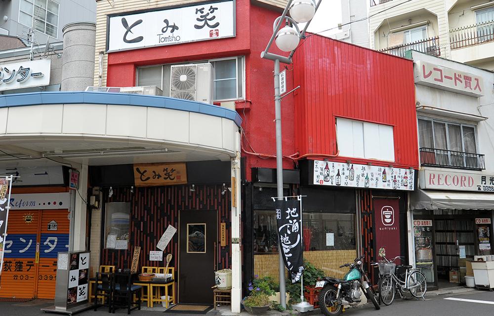 赤い壁が特徴的。描かれた日本酒のイラストもいい味出しています。