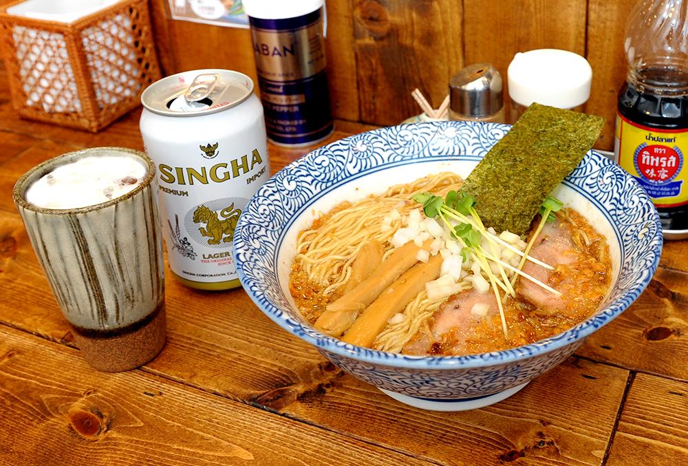 シンハービール(500円)との相性が抜群の、魚介スープベースの醤油ラーメン(730円)は絶品です。