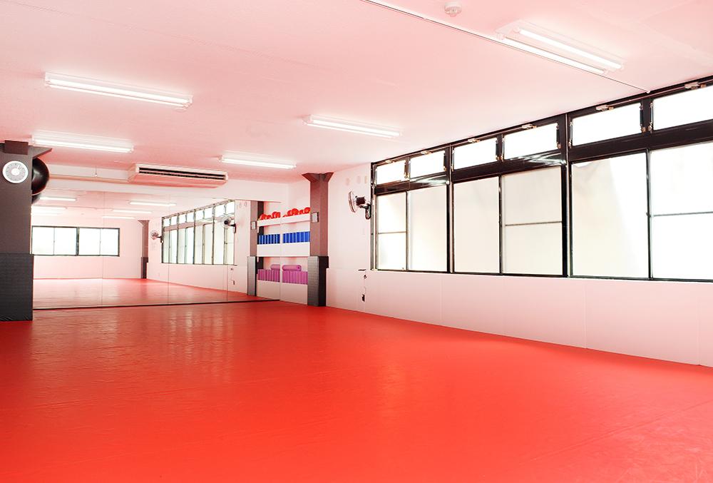 格闘技ジムのイメージが180度変わる清潔な環境。