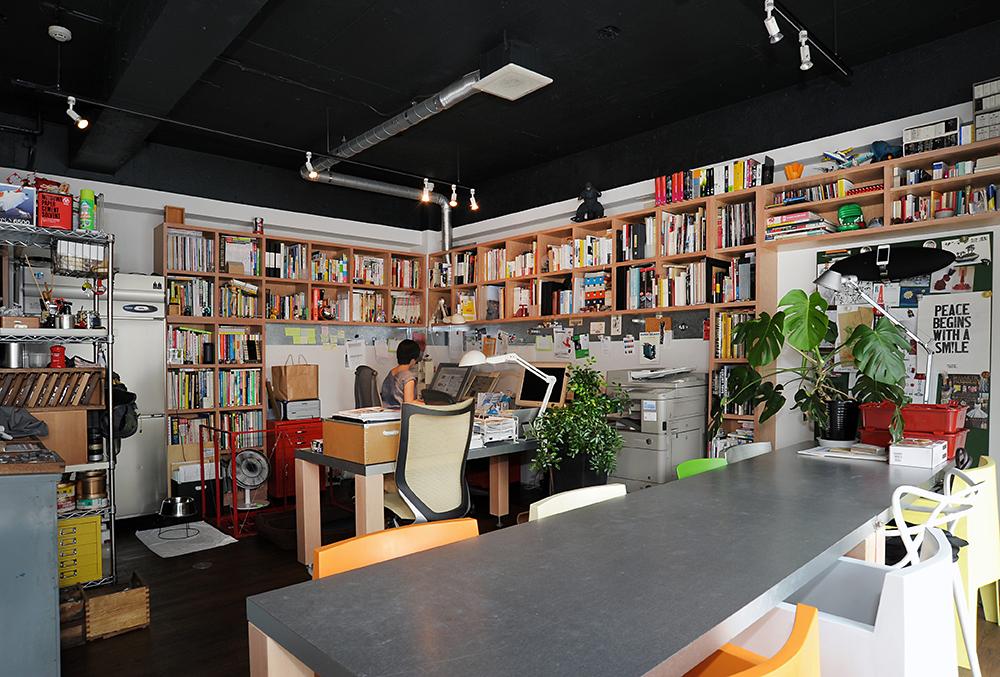 元々洋菓子店だったスペースはデザイン事務所も兼ねます。