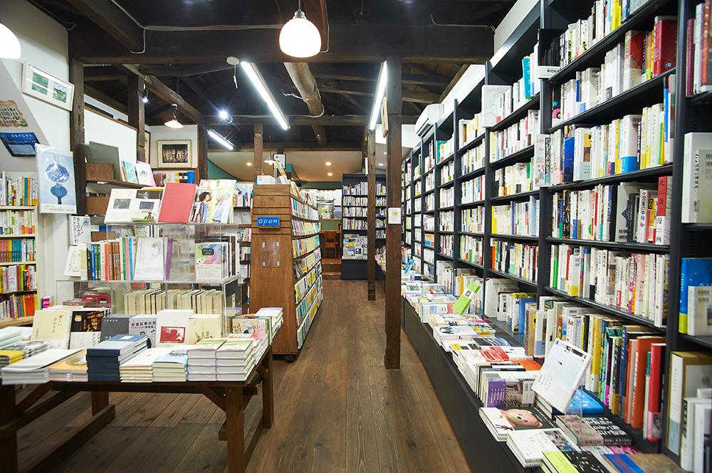ていねいに選ばれた約1万冊の本が並びます。店の奥に8席ほどの小さなカフェスペースがあります。