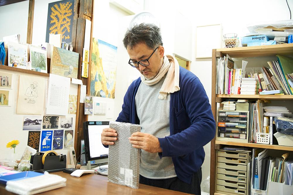 WEBショップも設けているので、本を梱包・発送するのも辻山さんの仕事。2年間で47都道府県ほぼすべてに送り届けたそう。