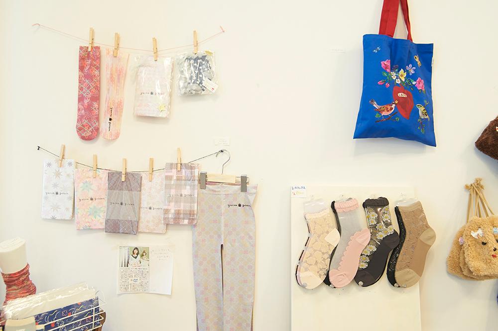 友香さんの作品であるソックスの数々。もちろん販売しています。