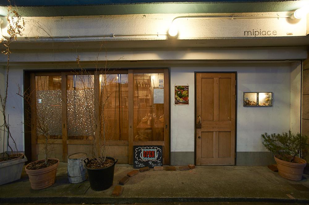 木製のドアが温かい印象を与えます。ゆっくり食事をしてもらいたいからと、駅から離れた場所を選んだのだそう。