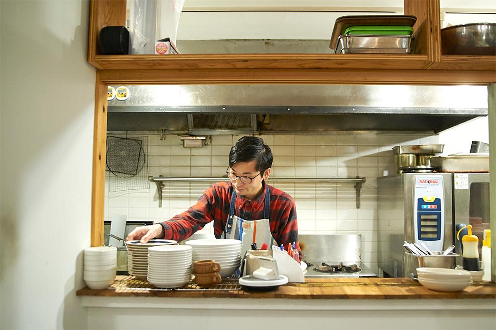 テキパキと調理を進める舩橋さん。フレンドリーな人柄で、取材陣ともまずは握手から。