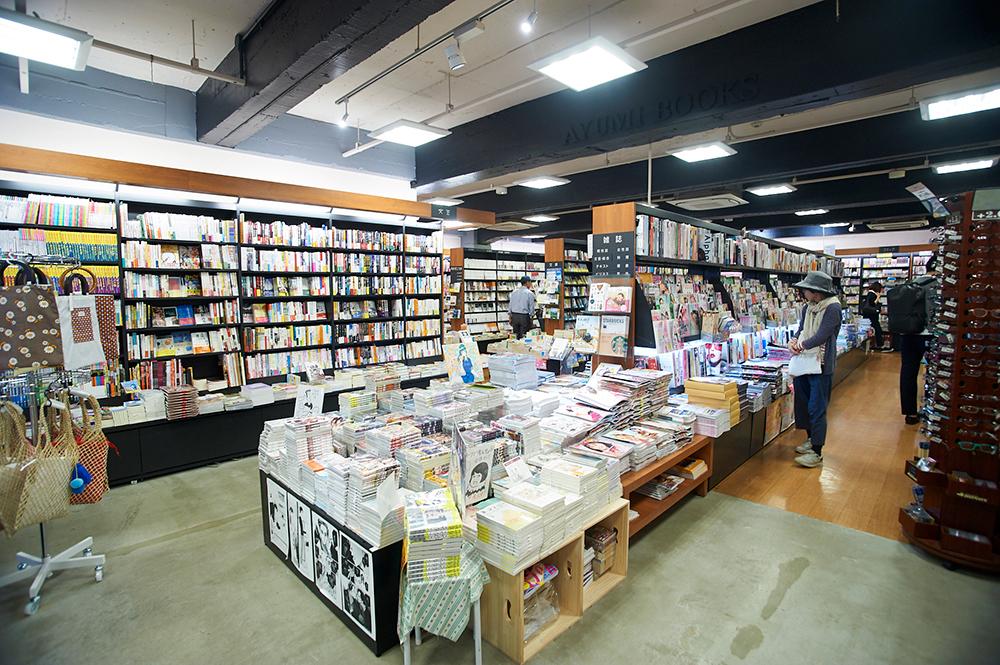 約5万冊の蔵書を揃える店内。街の本屋ということでオールジャンル取り扱われていますが、中央線沿線らしい渋い人文書なども棚からちらりと顔をのぞかせます。