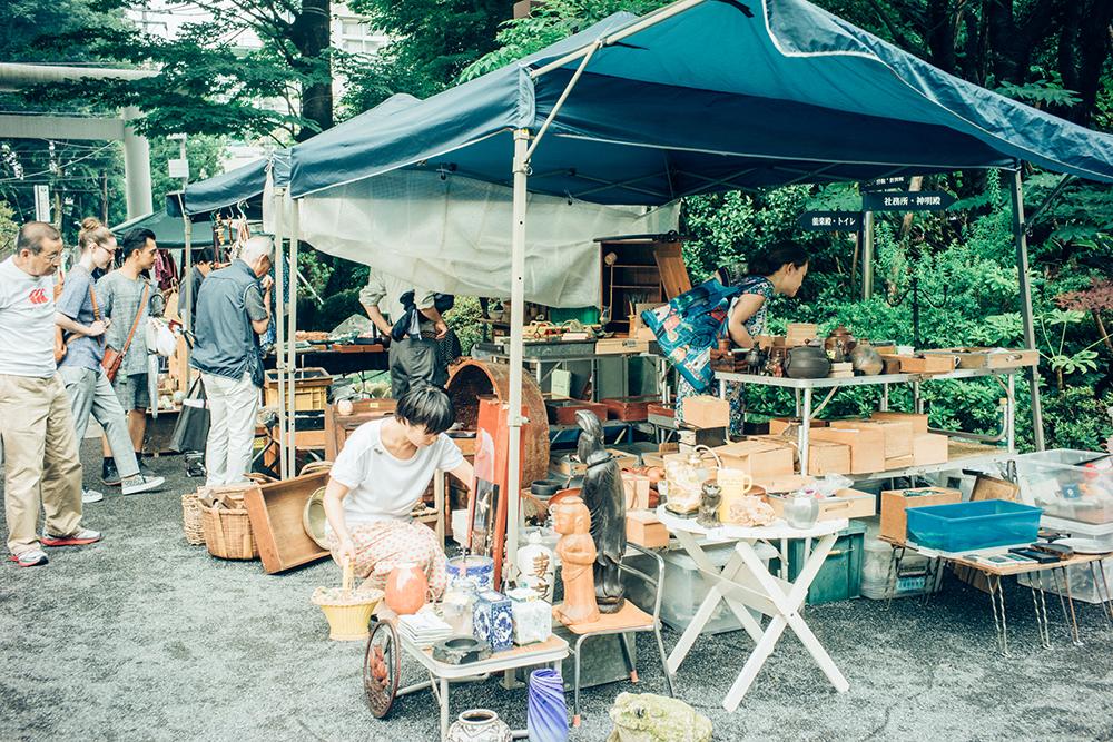 外国人観光客などに混じりお店を巡る杉浦さん。