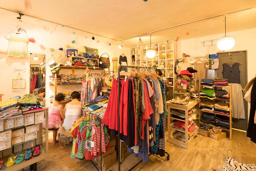 店内は子ども服から大人服まで、まさに所狭しと置かれています。