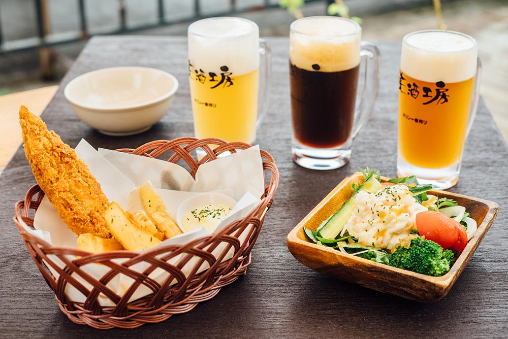 ビールは左から、ヴァイツェン、ブラック、IPA(いずれも590円)。料理は左から、フィッシュ&チップス、産直お野菜にポテサラがのったサラダ(いずれも500円)。