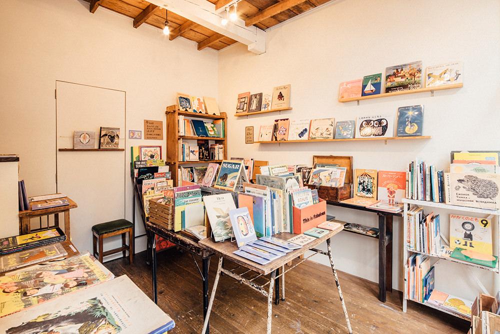 1階のギャラリースペース。この日は全国の5つの本屋さんから選りすぐりの絵本が集まっていました。