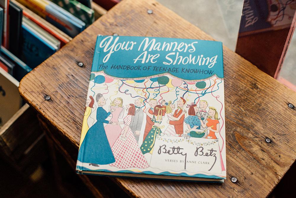 杉浦さんが見つけたお宝『Your Manners Are Showing』。