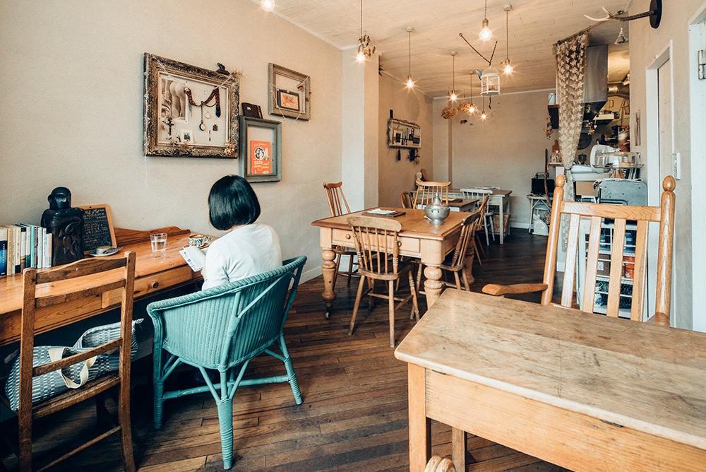 入口から奥に長い店内。大きめのテーブルや壁面のオブジェなどが目を引きます。