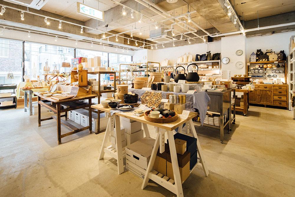 広々とした店内にセレクトされた家事の道具が並びます。