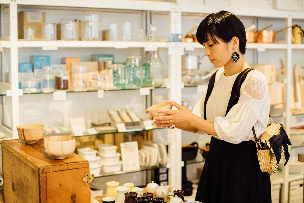杉浦さんが気になった木の椀はお店でもおすすめの一品。