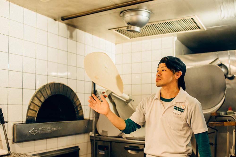 スタッフの伊藤さんにお約束の(?)ピザ回しを披露いただきました。