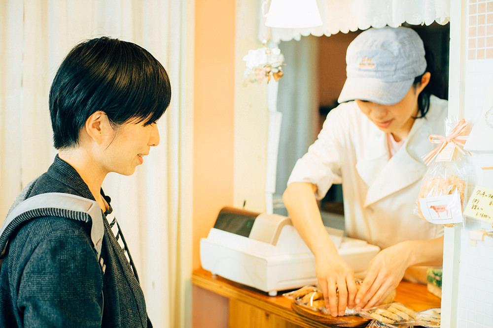 杉浦さん、もちろんこの日もお好みのパンやお菓子をご購入。
