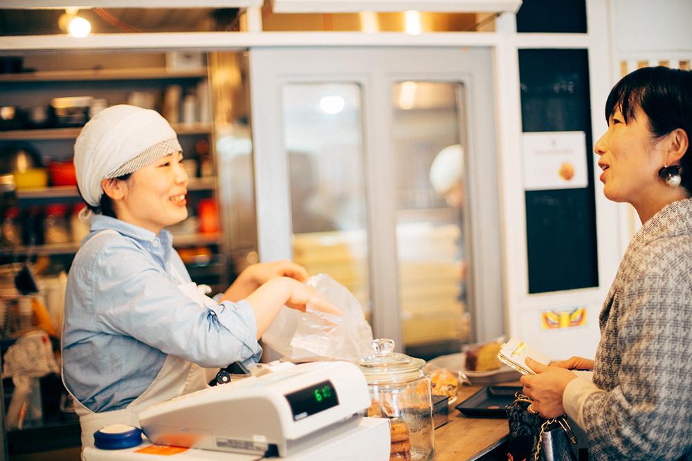 姉の綾子さんと。いつものリラックスした感じでお買い物です。