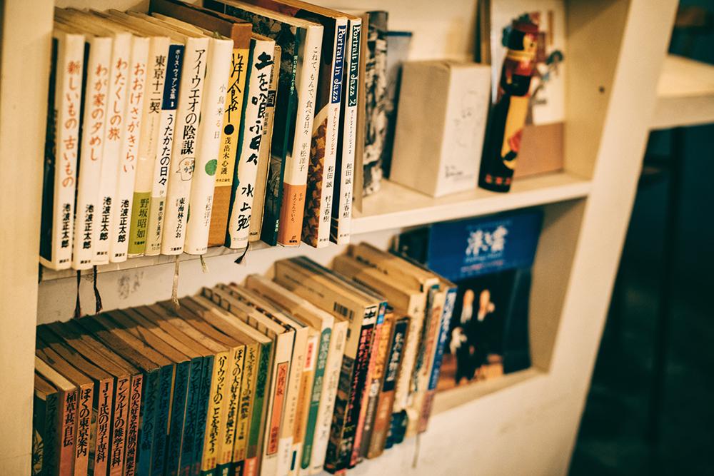 大場さんの好みがギュッと表現された本棚も店内を彩る重要なディスプレイ。