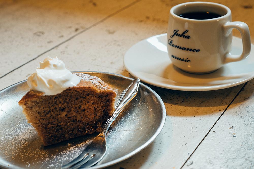 ミューク・ペッパルカーカ(北欧の代表的なケーキ)とコーヒーを合わせたケーキセット(870円)。コーヒーカップはオリジナルです。