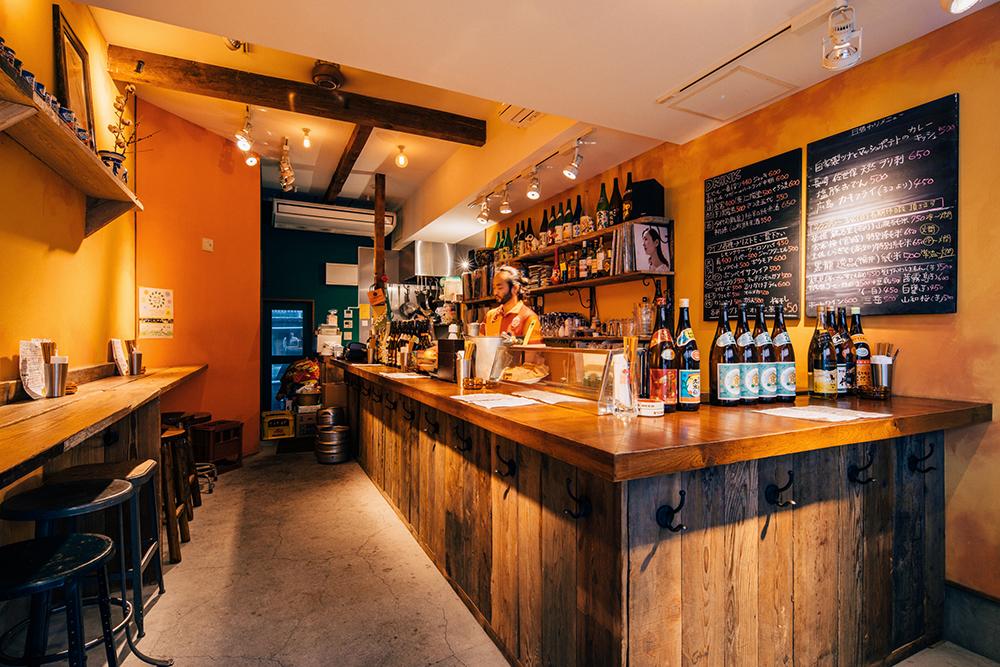 立ち飲み屋ですがゆったりと飲める店内。ラテンな色遣いが印象的です。