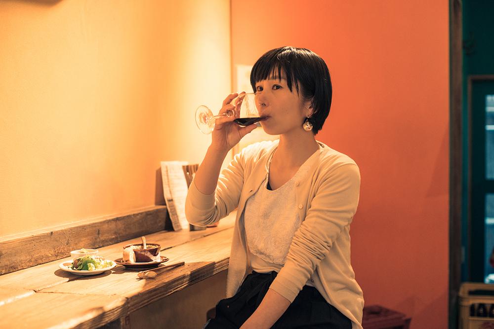 立ち飲みでもこうして座って飲めるのはありがたいところですね。