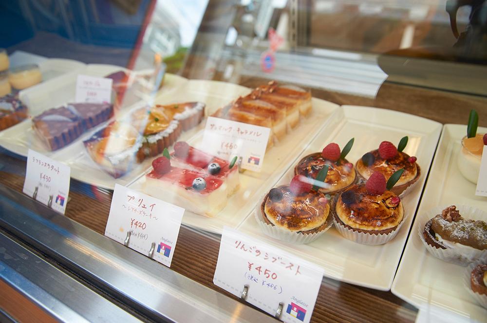 ショーケースに並ぶ色とりどりのケーキ。このほかに焼き菓子なども充実しています。