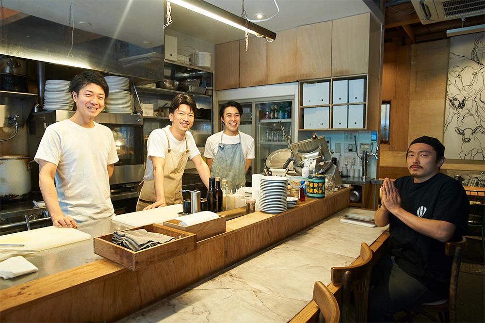 左から、シェフの岡部卓さん、菊地得郎さん、ホール担当の及川智則さん、「麺尊RAGE」の広田圭亮さん。