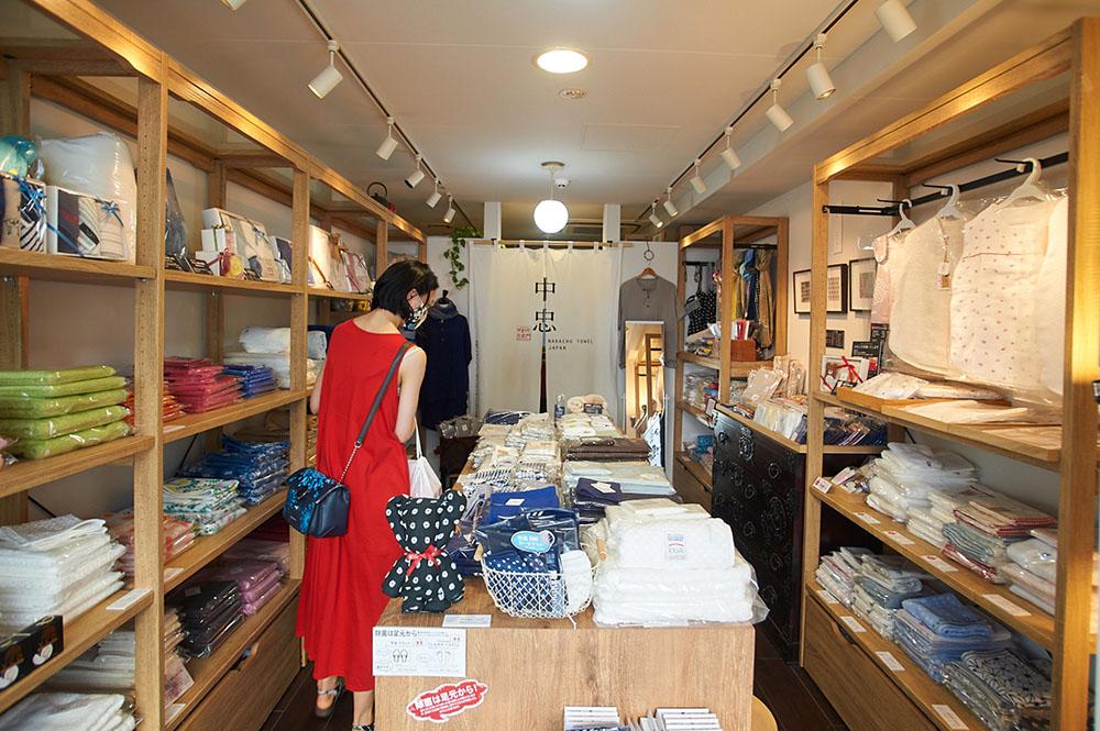 中村忠商店、高円寺店の内部。タオルがたくさん並ぶ
